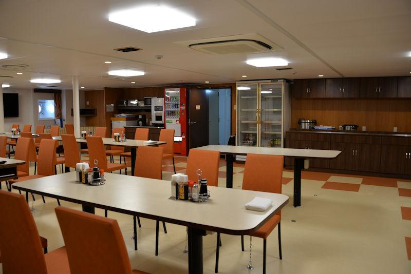 定員65名の食堂