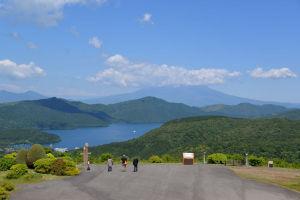 新緑の箱根山と芦ノ湖