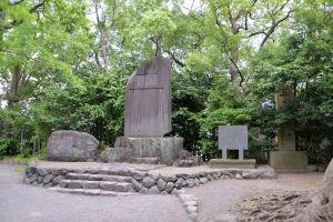 大きな石碑がいくつも