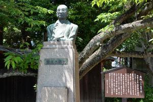 高野 二三の胸像