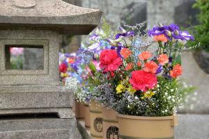 お墓の両脇にはたくさんの花が