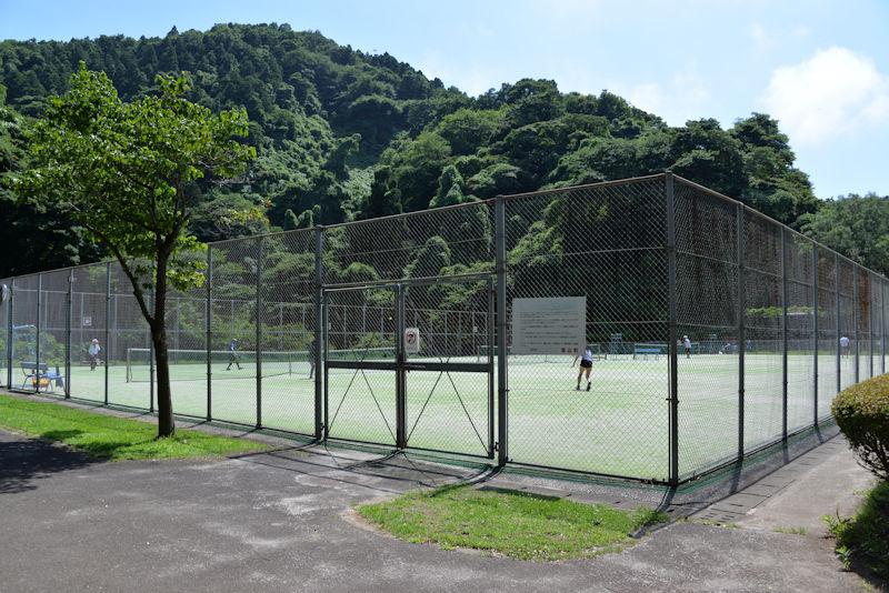 3面あるテニスコートの一つ