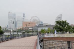 横浜の空をブルーインパルスが飛行