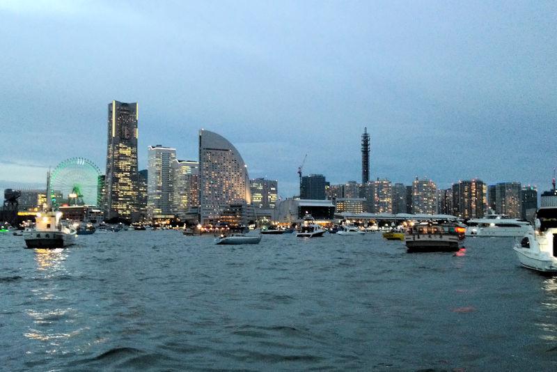 横浜港内にはたくさんの船舶が