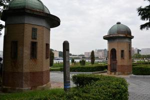 ヴェルニー公園入口の「逸見波止場衛門」