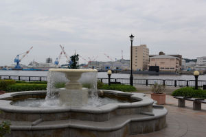 噴水の向こうは米海軍横須賀基地
