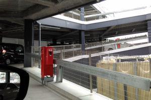駐車場は宮川脇の駐輪場C棟横の道路から入ります