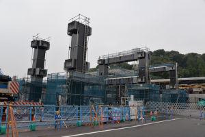金沢八景駅前 橋脚が3基