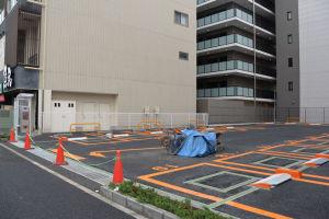 ビル間の空き地は時間貸しの駐車場に