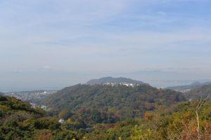 西の方角に白い富士山が見えています