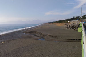 よく晴れて暖かな陽射しの湘南海岸