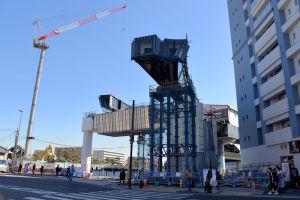 右側の橋桁が二つに分かれています