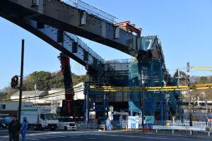 橋桁架設工事と作業を行ったクレーン
