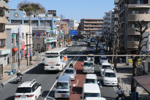 車の列は金沢八景駅まで