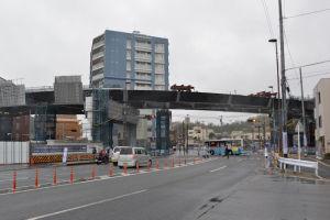 国道16号線に架かる橋桁