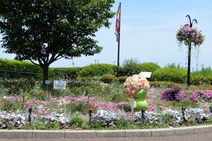 『コクリコ坂』の記念パネルがある花壇