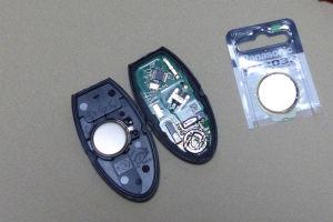 ふたを開けてボタン電池CR2032を