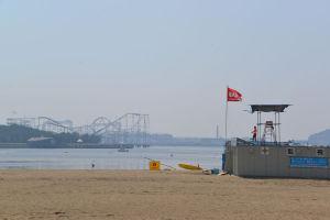 監視所には「遊泳禁止」の赤旗が