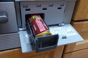 操作盤の平らな部分を外すと電池の収納ケース