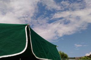 夏空広がる湘南国際村テニスコート
