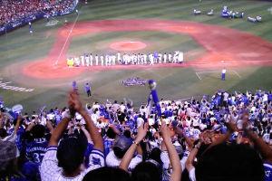 スタジアムが一体になって勝利を喜んでいます