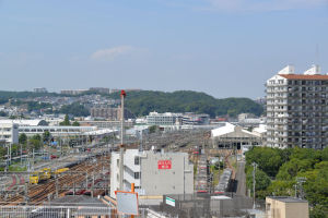 北側の風景、京急金沢検車区がみえています