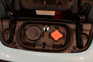 エンジンルーム前の充電ポート