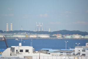 左の2本の煙突は鶴見区大黒町
