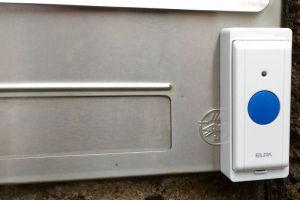 郵便受けに取付けた押ボタン送信器