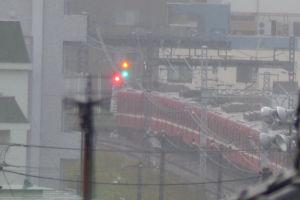 窓からみたら金沢八景駅から出て行く