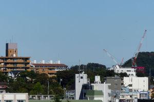 八景ビル跡地マンション工事のクレーン