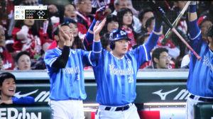 梶谷の2ラン本塁打で喜ぶ筒香