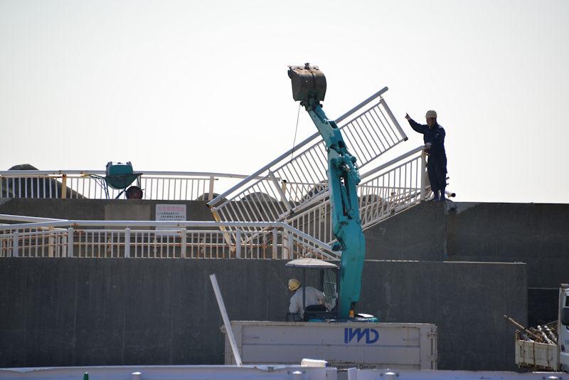 堤防のフェンスを撤去