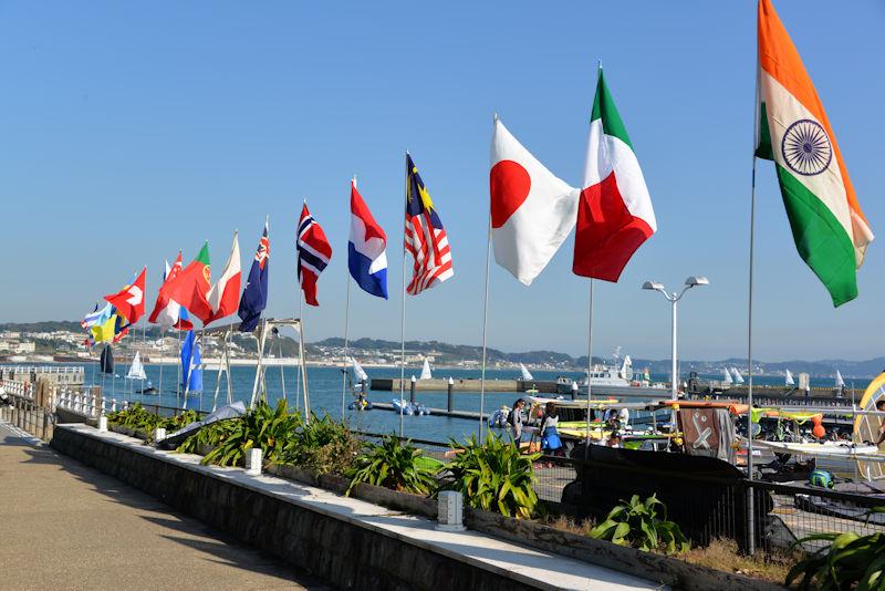 参加国のカラフルな国旗