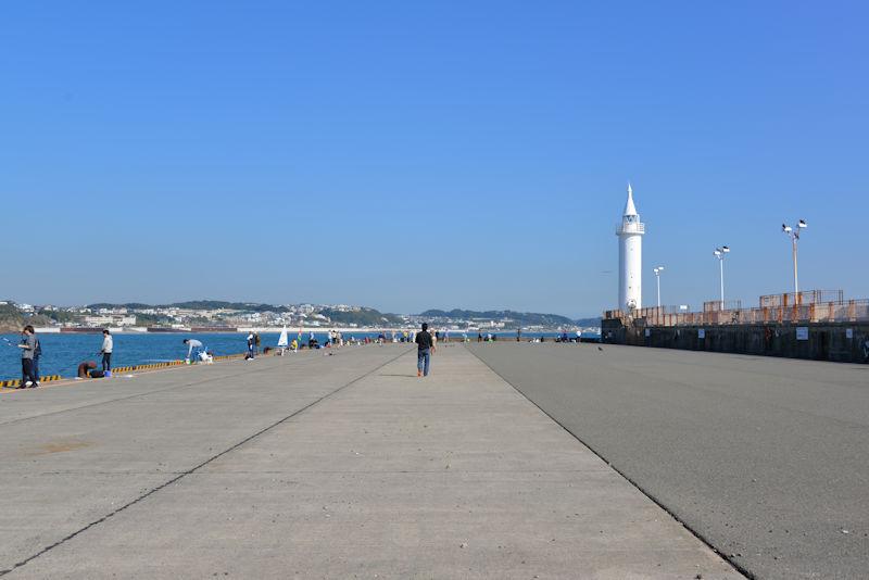 本船岸壁と湘南港灯台
