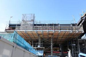 駅前上部の桁下の工事