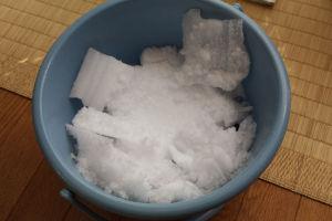 ポリバケツがいっぱいになるくらいの霜が