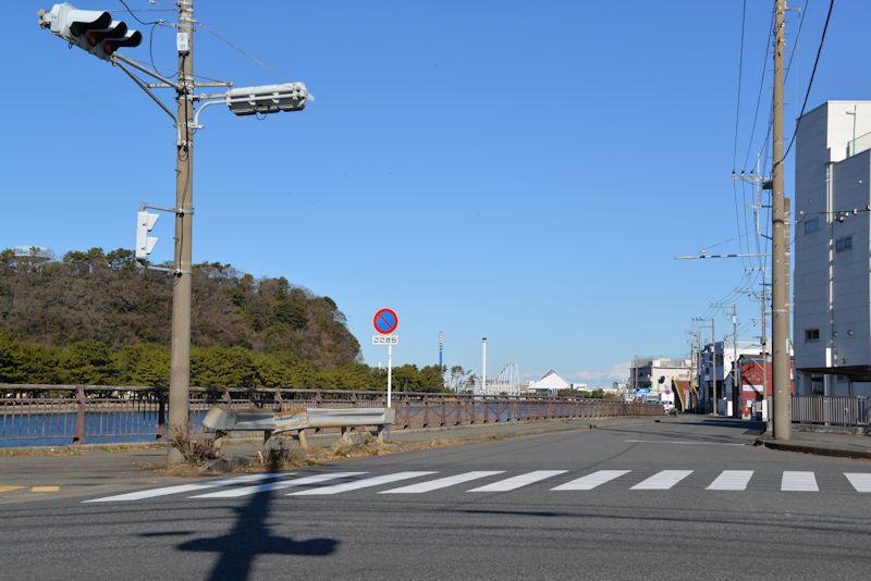 交差点から見た八景島