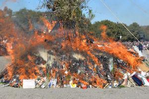 燃え上がる炎にこの一年の無病息災を