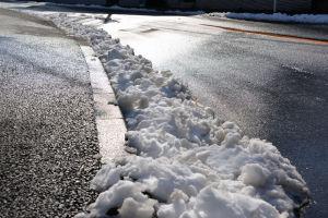 雪かきをしたので路肩に溜まっています