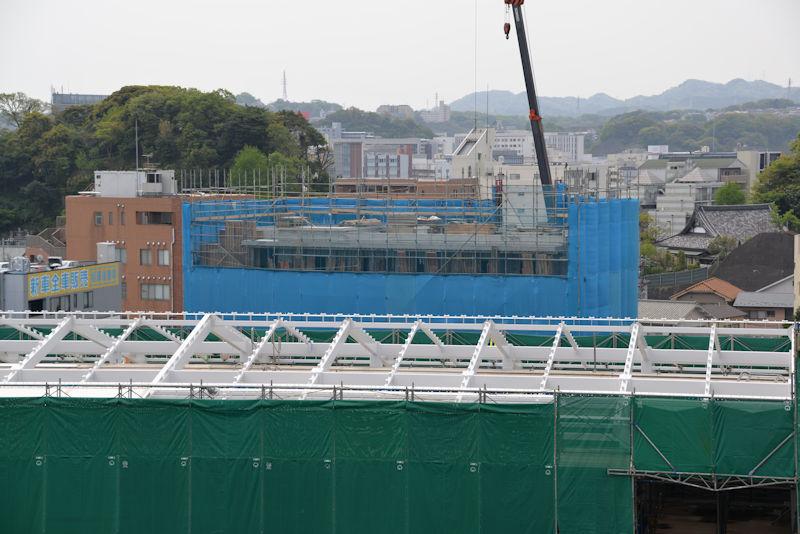奥に見える4街区に建設中のビル