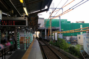 下り線ホームに掛かる駅舎がみえます