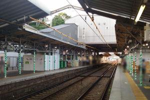 上下線に跨る駅舎とホームへの階段部分