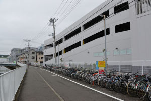 宮川沿いの文庫自転車駐輪場