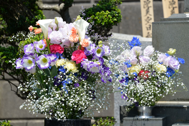 お墓の左側のお花