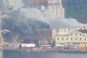 隣の「相模運輸倉庫」にも移り延焼中