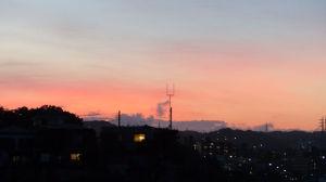 西の空が茜色に染まり