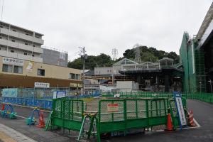 国道16号線からの金沢八景駅舎