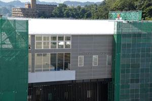 グレーの外壁で窓も大きく取られています