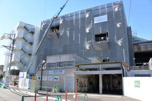 京急金沢八景駅南側の改札と建設中の駅ビル